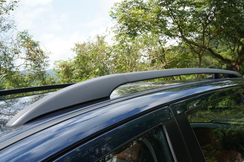 增加窗框下緣的鍍鉻飾條及車頂行李架增添更濃郁的休閒感