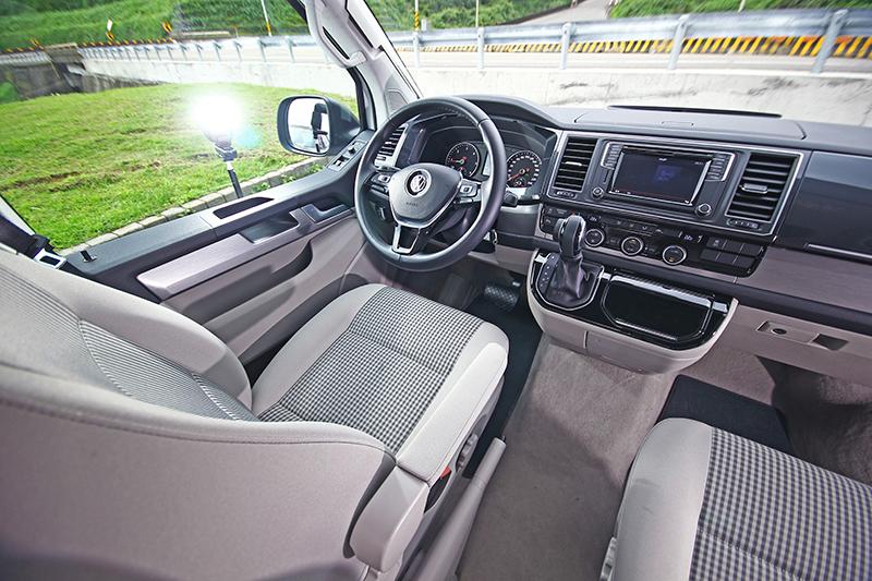 座艙維持T6車系的基本配置,當然用料與設計因露營車身份更為考究。