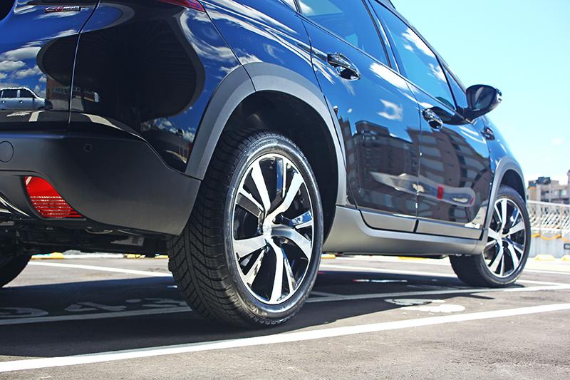 205/50 R17跑胎配上造型俊逸的鋁圈,跨界風情中不忘妝點律動感。