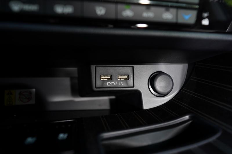 兩組2.1A USB充電插座對電源恐慌的現代人而言是不可或缺的功能