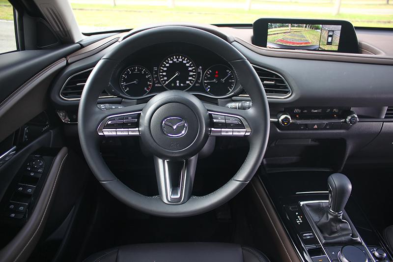MAZDA向來講究的人本哲學在CX-30同樣忠實體現,無論人車介面、MAZDA CONNECT人機智慧資訊整合系統或是7吋TFT全彩數位儀錶,皆帶來最適化操控感受。
