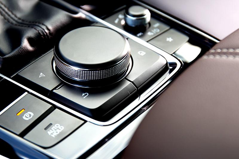 控制旋鈕讓操作中控變得直覺易上手。