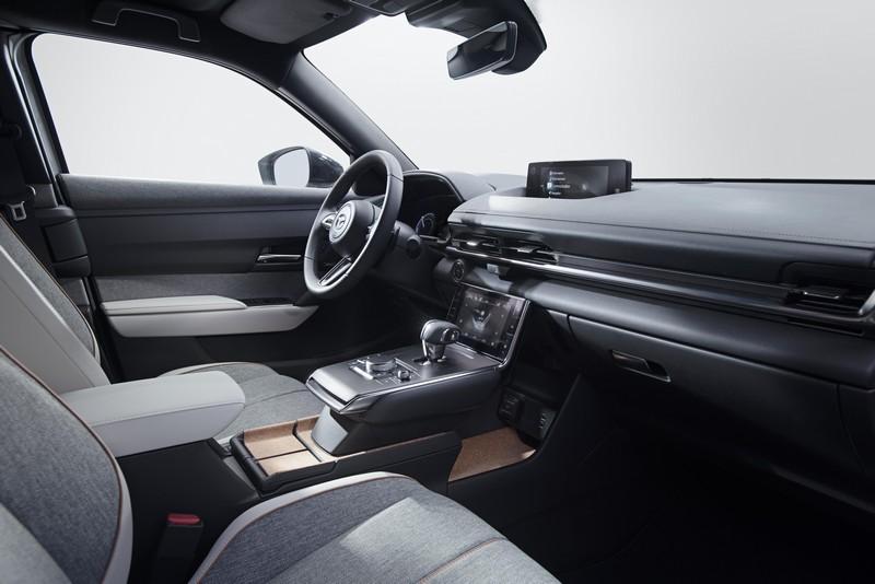 MX-30座艙採用實木與布料環保材質鋪陳,格局也因應新世代車型採全新設計,