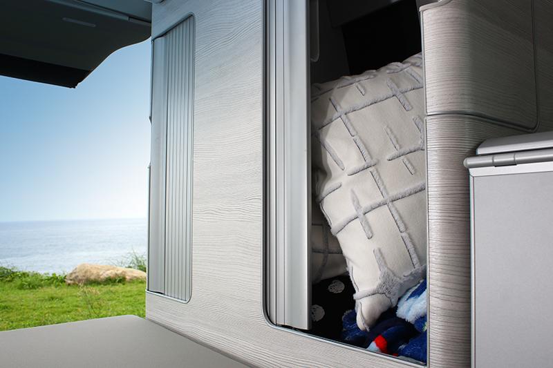 車後方還有置衣櫃,可收納棉被枕頭等寢俱。