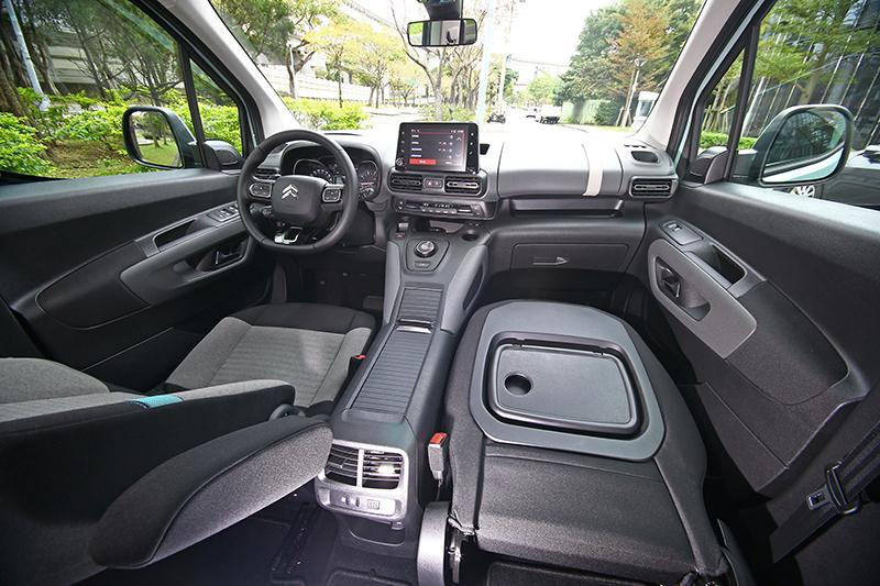 座艙也以扁橢圓為視覺構成元素,雖硬質塑料偏多,但依舊不減良好質感。