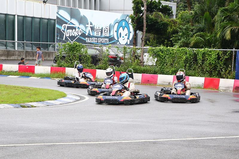 第一輪賽事才起跑沒多久,第6位起跑的劉蔚瑄(22號車)就已經攻上前三,積極向同門師兄弟蔡孟翰(19號車)進攻。