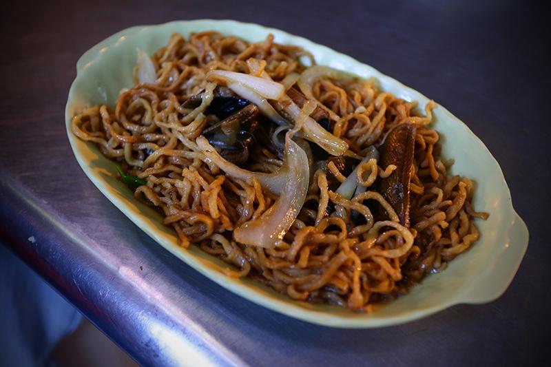 就說在台南一餐不要吃太飽,你看轉角又是香噴噴的生炒鱔魚意麵,不叫盤嗑嗑簡直對不起自己!