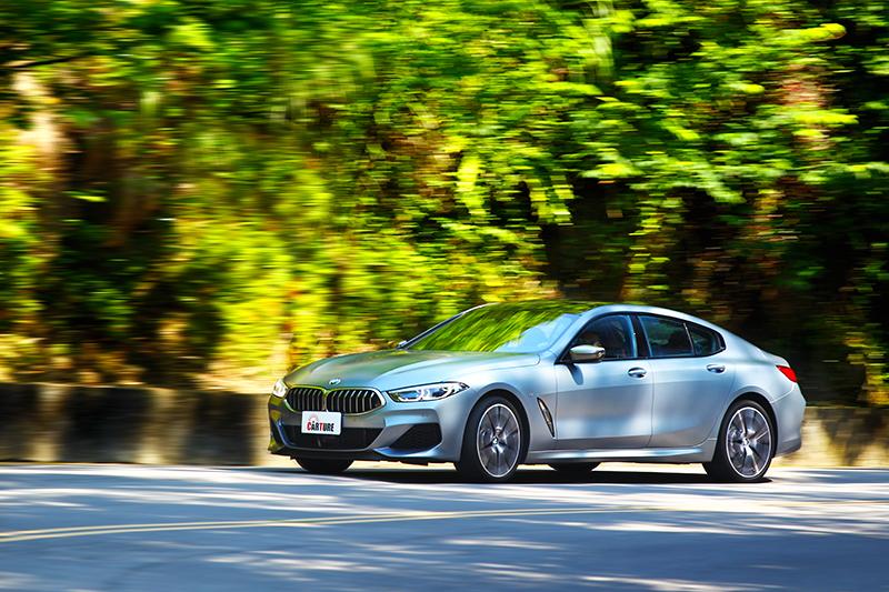 龐大車身於彎中竟有著靈活身手,碳纖維車體更給予輕盈且具韌性的反應。
