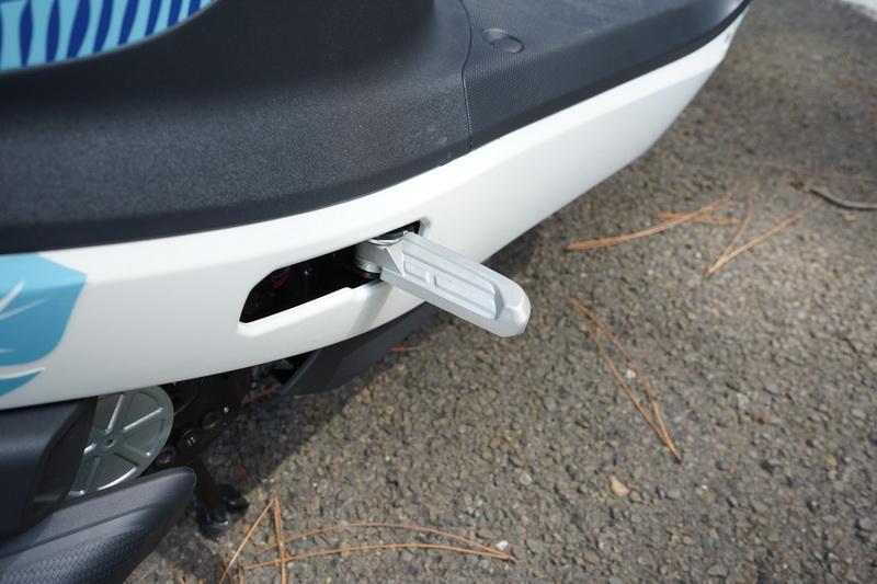 後座腳踏處採用的是隱藏式飛炫踏板