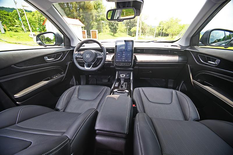 很多人很怕長途駕車,其實新世代車款不僅開起來輕鬆,輔助配備也讓旅程幾成享受。