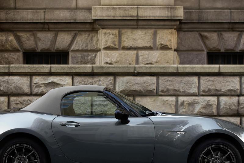 英國限量150輛的Mazda MX-5 R Sport外觀配置金屬灰車色與灰色軟篷。