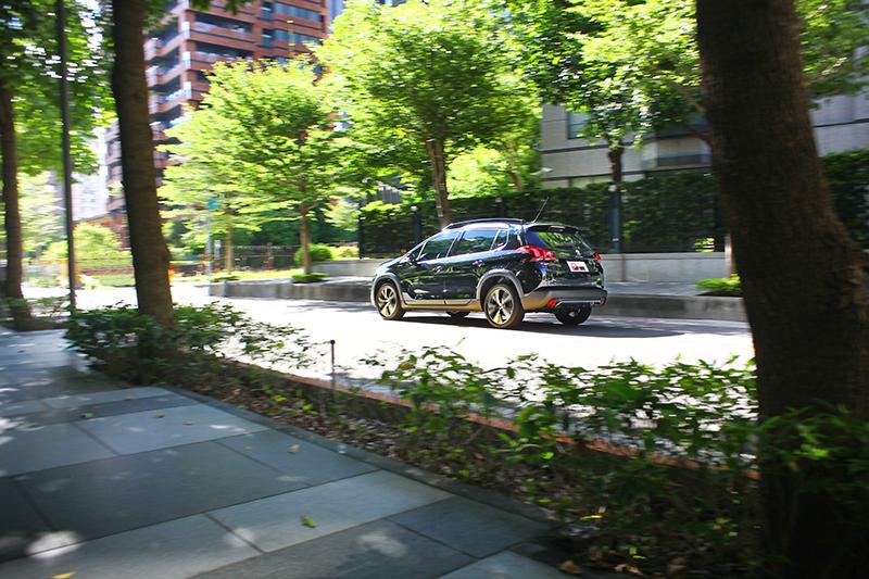 即便身為CUV,2008卻以近似掀背車的循跡性格打動人心。