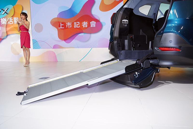 便利伸縮式斜坡板是讓URX 5+1樂活款可以一車多用的最大特色。