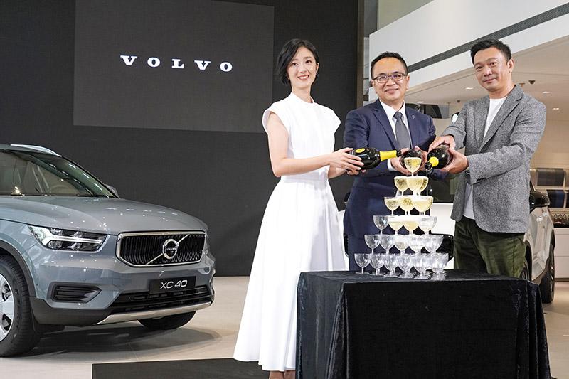 國際富豪汽車總裁陳立哲、影后桂綸鎂與金馬獎導演黃信堯(由左至右)共同出席「讓世界搭上我的節奏」首映限定版完售記者會,慶祝 Volvo XC40 T3 上市成功。
