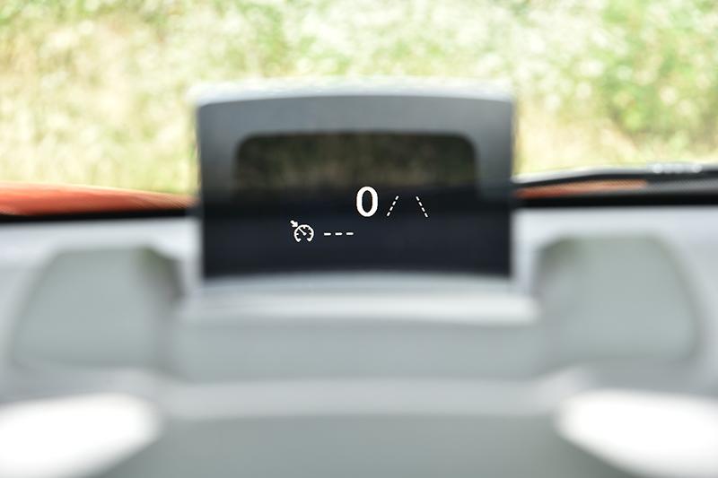 抬頭顯示器為選用配備,右方虛線是車道偏移提醒功能。
