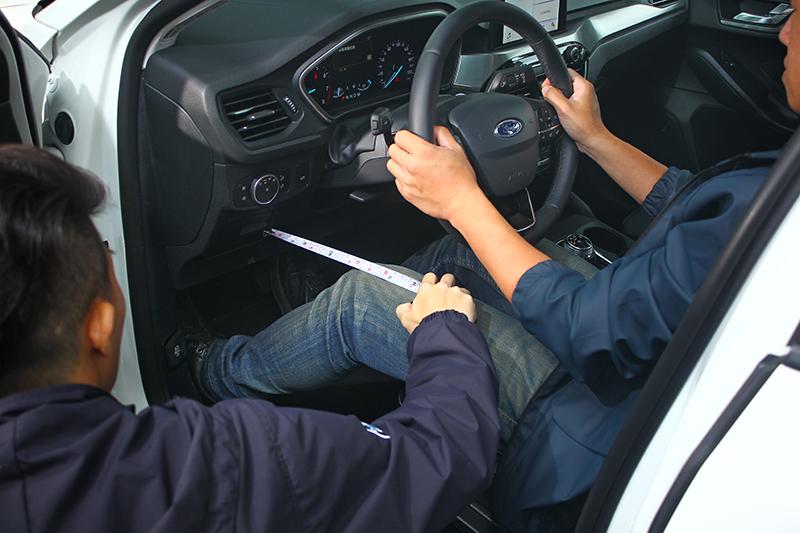 駕駛儀表下近乎對手2倍的膝部空間,對於進出車艙時的餘裕感相當有幫助