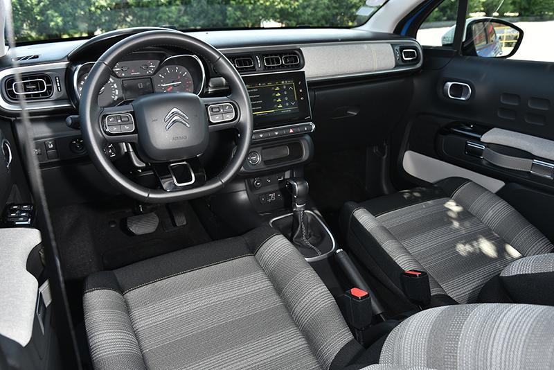 座艙使用大量方形元素點綴,對稱式控檯強調開闊空間感。