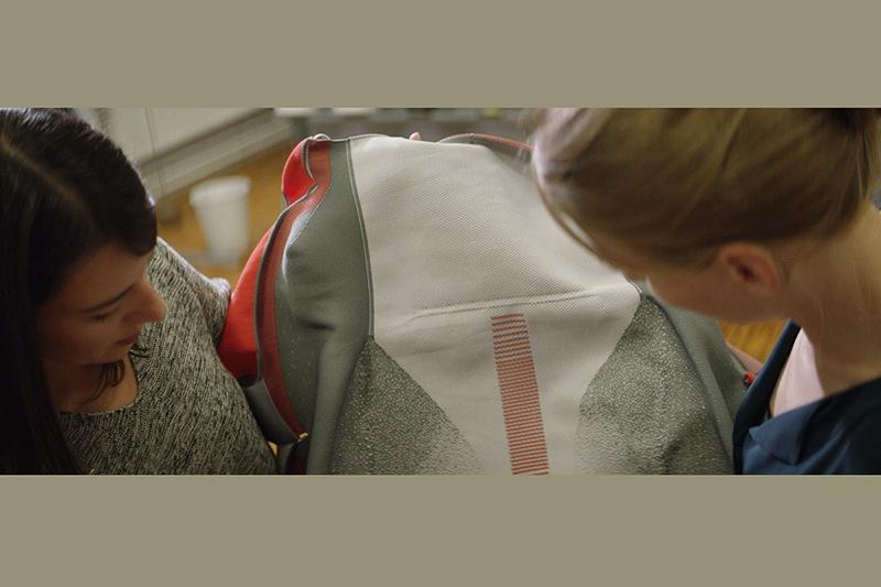 此技術制作的椅套沒有車縫線所以壽命更好,同時椅套還能導入金屬材質,以提供加熱或無線充電功能。
