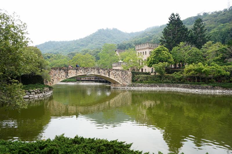 園區內還有拱橋、瀑布、木屋等造景,點上一份套餐搭配著紅酒享受著濃濃的異國氛圍