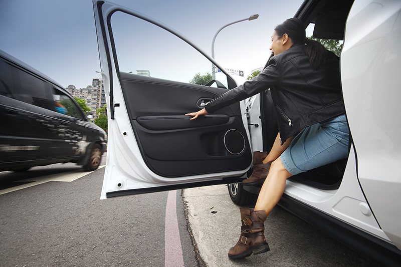 停好車打開車門時真的要小心!起碼也該注意DOW車門開啟警示系統所提出的語音警示啊!