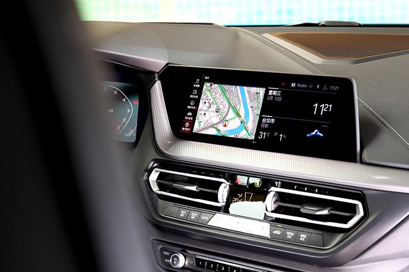 10.25吋中控螢幕不僅操作直覺也具備多項功能。