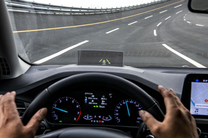先進的CA車道導正輔助系統其實是在有側傾角度的環型跑道上,仍然可以維持車輛行進,而容許駕駛放手的時間約為15秒。(於封閉場地內測試,於一般道路請勿模仿)