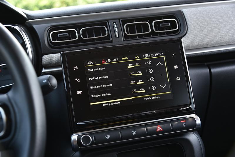 7吋觸控螢幕掌管車上多數設定,也提供智慧型手機連結功能。