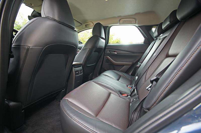 CX-30以恰如其分的離地高提供更輕鬆便利的車室出入便利性,同時保留較高的坐姿帶來開闊明亮的視野與空間感受。