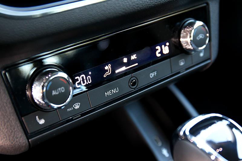 空調為雙區恆溫,風量與出風口位置調整操作要從螢幕控制。