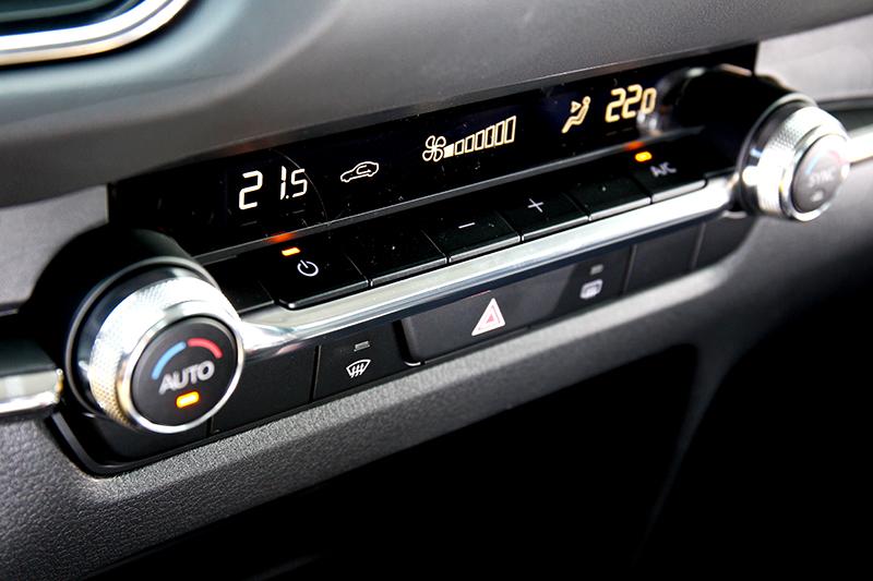 不僅飾板鋪陳,就連空調控制鈕的回饋與材質選用,都是以營造高級為目標。