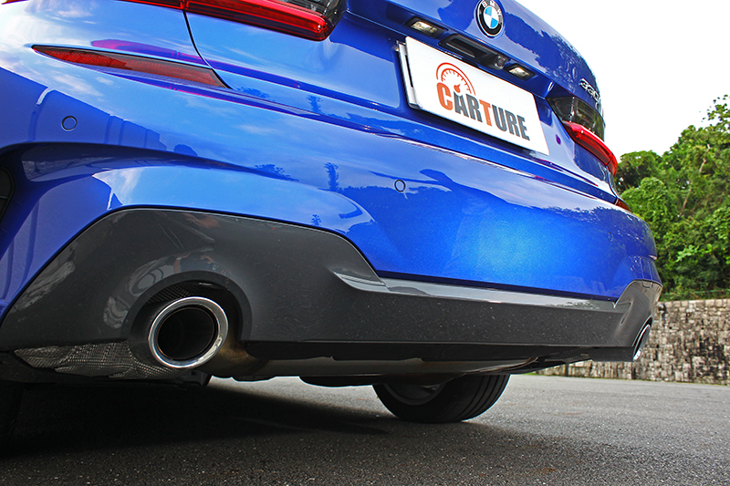 也因著M Sport版本套件,後保桿下緣採雙色配置並附上大大的雙邊單出尾飾管。