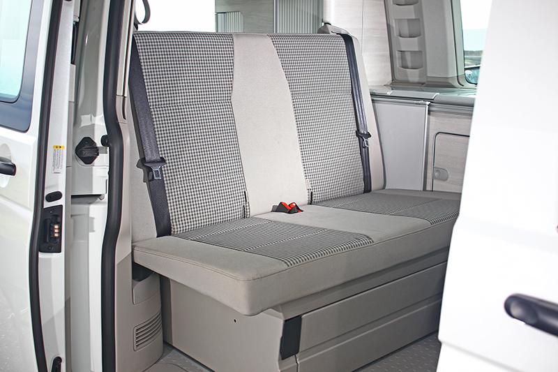 由於儲物空間後排座椅橫寬較窄。