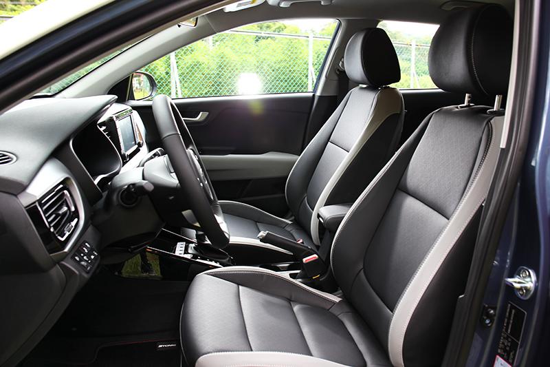 雙色皮質座椅替座艙增添年輕氣息,乘坐方面表現還屬舒適。