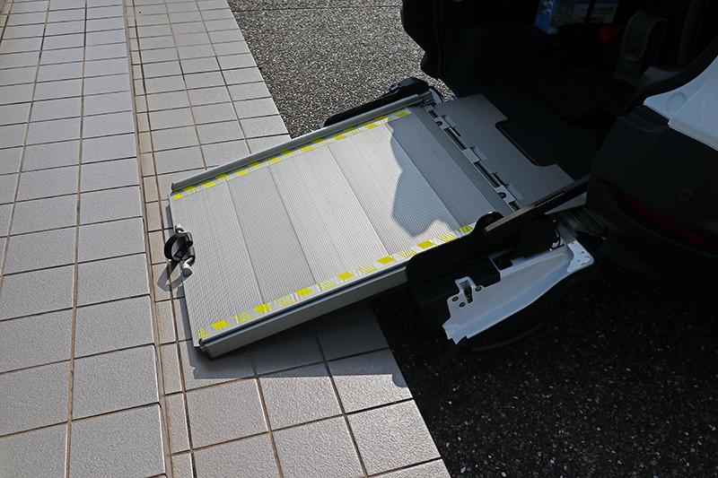 若上下輪椅需拉出第二截延伸坡道,但因單車輕盈小巧,只需放下單截便可輕鬆取置。