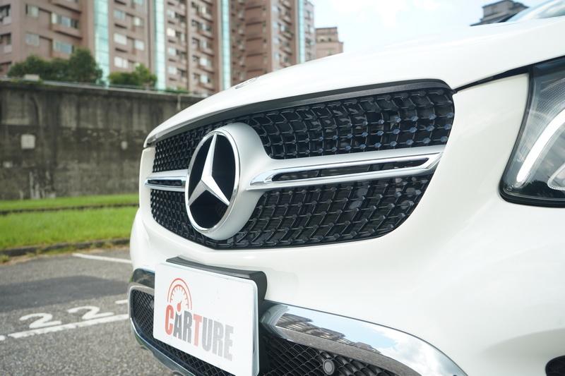 為了讓Coupe擁有更顯明的運動化特質,車頭水箱罩從雙柵式改為單柵式造型