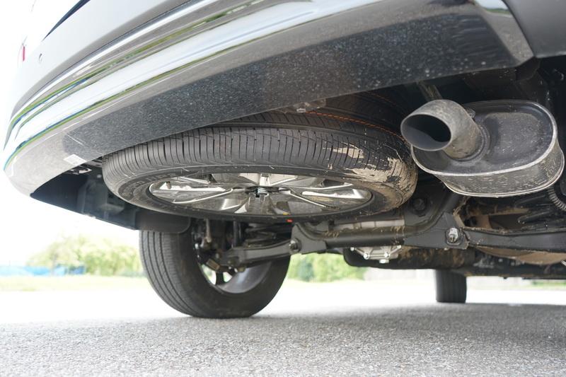 備胎隱藏在底盤下方,使後座騰出的空間能裝載更多物品