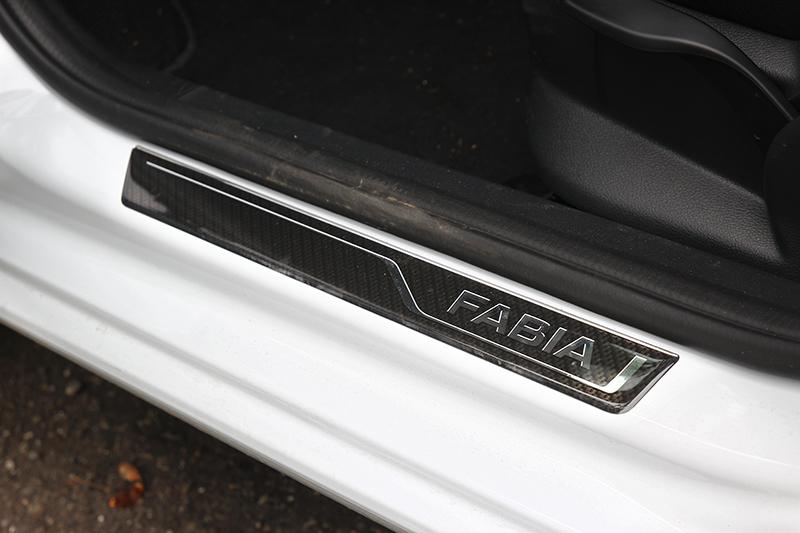 Fabia Combi配有LED 頭燈,並選配黑色後視鏡及迎賓踏板。