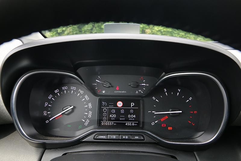 駕駛儀表簡單明瞭,中央顯示幕備有路標速率辨識顯示功能。