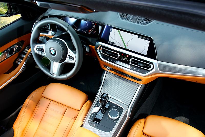 格局配置與其它車型都相同,但於儀表平台和座椅則輔以Sensatec和Vernasca皮革包覆。