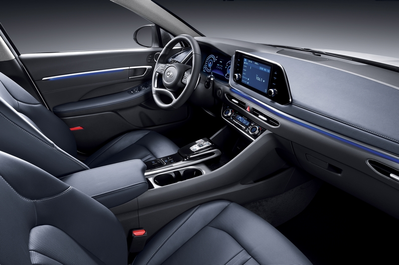座艙在數位儀表、大螢幕與按鈕式排擋顯得相當有科技質感。
