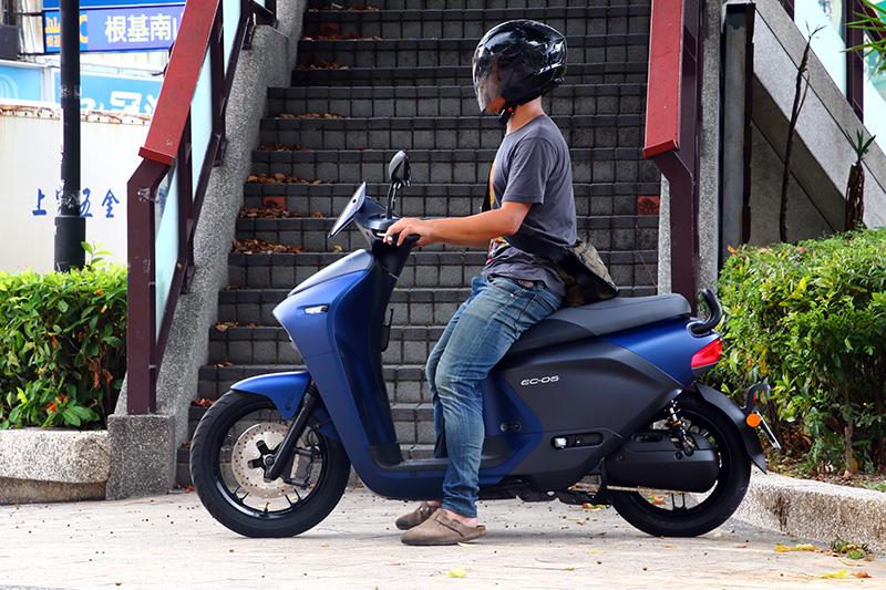 以身高172cm的成人騎乘,EC-05的座墊高度與騎乘設定都十分適中舒適。