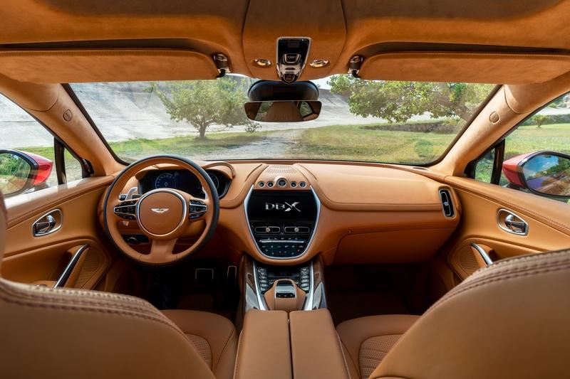 座艙以大量頂級皮革與實木鋪陳,中控與儀表分別為10.25吋與12.3吋螢幕。