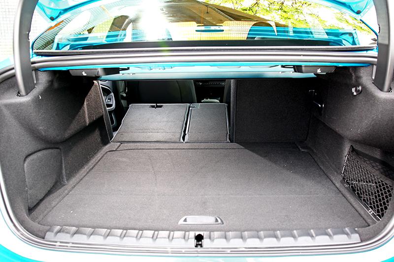 430公升行李廂空間與4/2/4座椅傾倒能輕鬆應付日常所需。