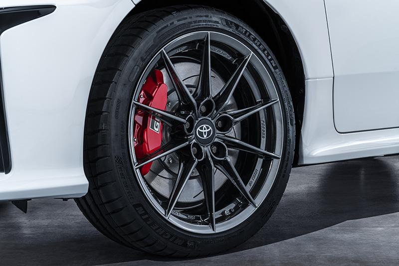 煞車系統配置前356mm通風碟搭配四活塞卡鉗、後297mm通風碟搭配雙活塞卡鉗,胎圈尺寸為225/40 R 18,並選擇配置Dunlop SP Sport MAXX050或Michelin Pilot Sport 4s高性能胎。(圖為歐規車型)