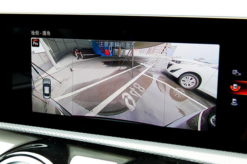廣角鏡頭可清楚掌握車尾的任何角度