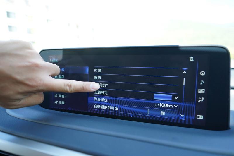 最明顯的莫過於中控台上那超大的12.3吋觸控螢幕