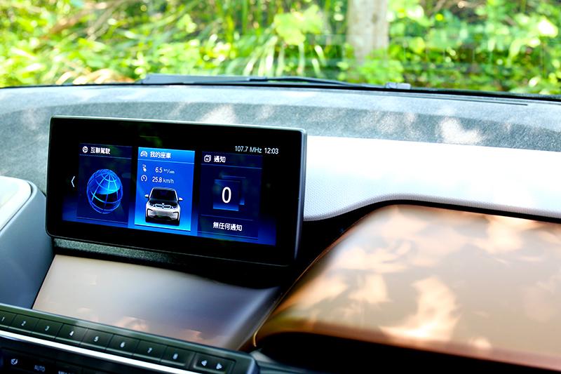 中控有著熟悉的操作介面,而新年式i3s車型則將平台飾板改為咖啡配色。
