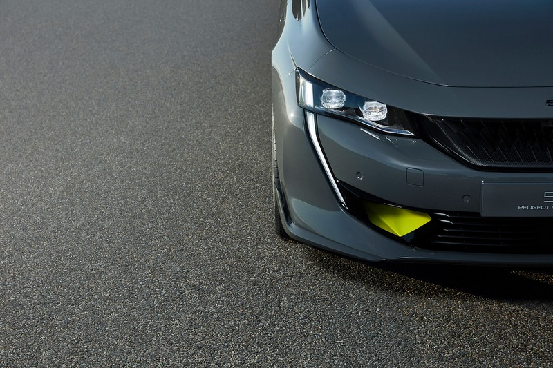 508 Sport Engineered外觀採用Selenium Grey車色塗裝,進氣壩也稍作調整以提升進氣效果。