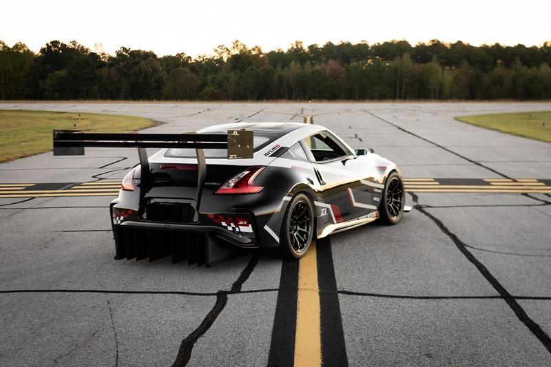 車尾配置相當誇張的擾流器與大型尾翼。