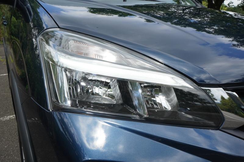 三角形車燈透過分層式設計塑造出更為時尚的視覺美感